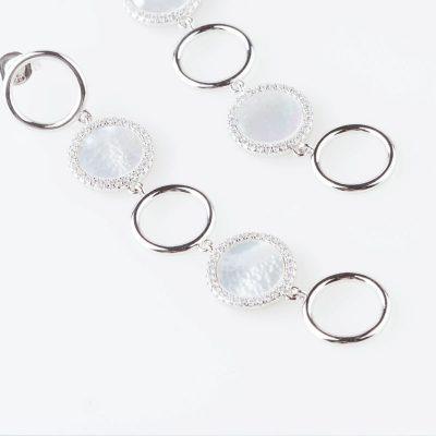 در روش شرکتی جواهراتی مانند پایه گوشواره با ریختن فلز مذاب در قالب تولید میشوند که به آن ریختهگری گفته میشود.