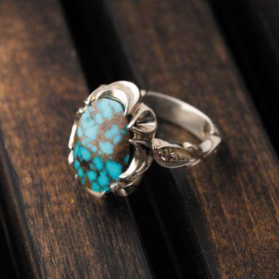 حضور ناخالصیها در فیروزههای شجر یا ماتریسی باعث ایجاد تضاد خارقالعادهای از رنگهای تیره با رنگ آبی روشن میشود.