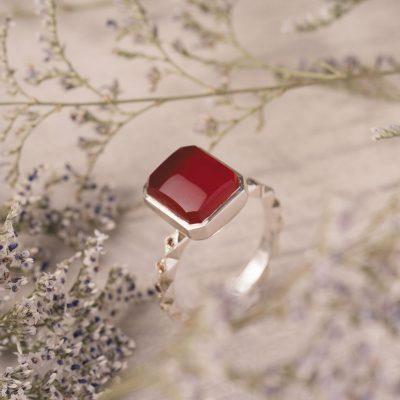 انگشترهای اسپرت و مجلسی عقیق مورد پسند بسیاری از دختران و زنان است.
