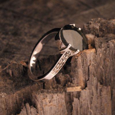 هر نوع تراش، مخصوص نوعی از سنگهای جواهراتی است و مهارت تراشکار حین تراش میتواند تأثیر عمدهای در قیمت نگین داشته باشد.
