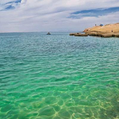 جزیره هنگام از جمله مناطق مسکونی و بکر با وسعتی حدود 50 کیلومتر است.