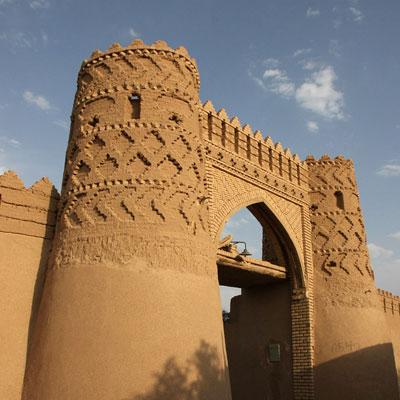 دروازه شارستان یا دروازه شمس آباد در شاهراه باستانی ری – کرمان قرار دارد.