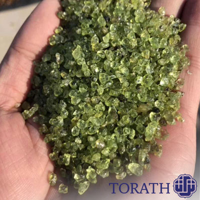 زبرجد از جمله کانیهای ایدوکروماتیک است، بنابراین رنگ آن ناشی از آهن موجود در ترکیب شیمیایی کانی است.