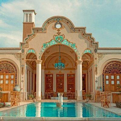 اقامتگاه سنتی یاسمین راهب کاشان با حیاط مرکزی و حوضخانه، اقامتگاهی است مربوط به دوران قاجار که در بافت تاریخی شهر کاشان قرار دارد.