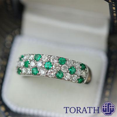 زمرد سنگی است قیمتی که از هزاران سال پیش توجه بشر را به خود جلب کرده و در انواع جواهرات از جمله انگشتر مورد استفاده است.