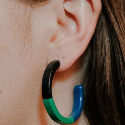 گوشوارههای ساخته شده از پلیمرهایی مانند پلاستیک، اکریلیک یا سیلیکون گزینهی خوبی برای افرادی است که به فلزات آلرژی دارند.