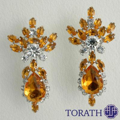 ساخت جواهر به صورت دستساز با قطعات خام فلز که معمولاً به شکل سیم یا ورق درمیآیند، آغاز میشود.