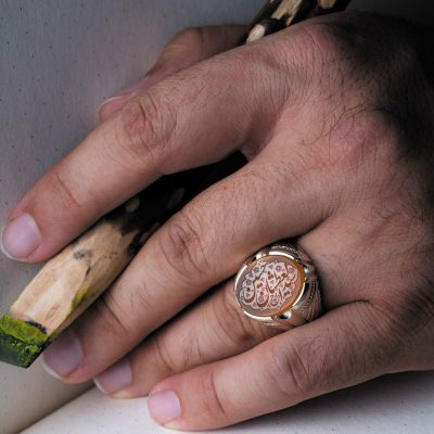 نگین عقیق زرد یمن با حکاکی «سید العطشان حسین» و امضاء حیدر، ابعاد 12*17 میلیمتر