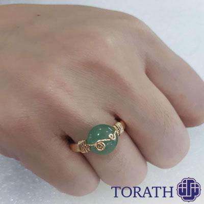 باکیفیتترین یشمها معمولاً برای استفاده در انگشتر یشم و جواهرات دیگر به صورت کابوشن میخورند.