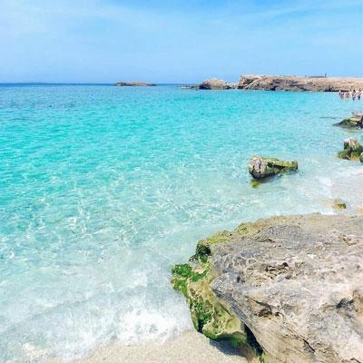 جزیره لاوان که از دیرباز با نام مروارید پنهان خلیجفارس شناخته شده، یکی از دیدنیترین جاذبههای گردشگری استان هرمزگان است.