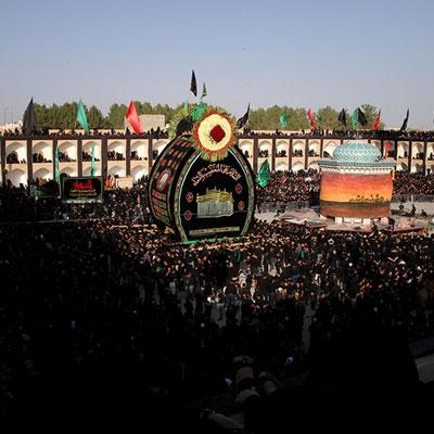 مراسم نخل گردانی یزد یکی از مراسم بزرگ مربوط به محرم است که در آن نخل چوبی عظیم و نمادین را حمل میکنند.