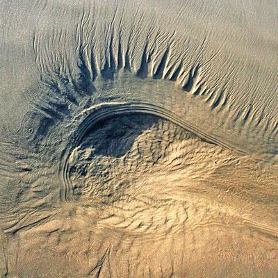 چشم کویر حاصل تجمع طبیعی شنها و ماسهها در نقطهای از کویر طبس است.