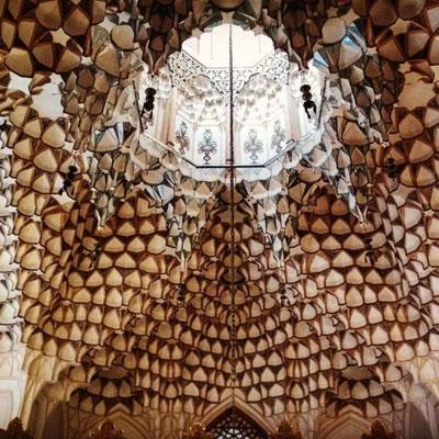 بقعه تکیه ابوالمعالی کلباسی با ساختار هشت و نیم هشت دارای نورگیرهایی گستردهی است که مسئولیت نوررسانی به بخشهای داخلی را بر عهده دارند.